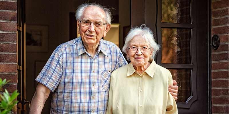 Senioren vor einer Haustür