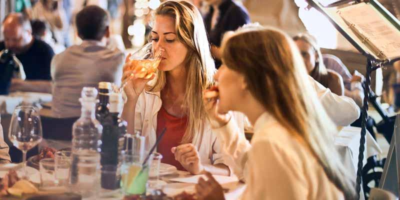 Essen und Wein im Restaurant