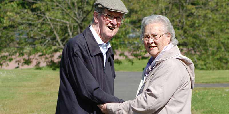 Senioren-Paar im Freien