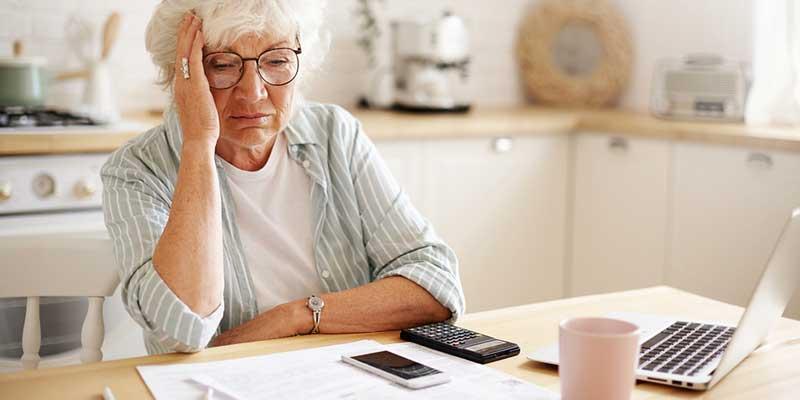 Senioren sorgenvoll mit Taschenrechner