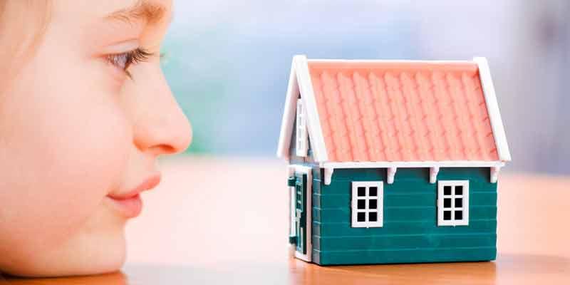 Kind schaut sich ein Spielhaus an