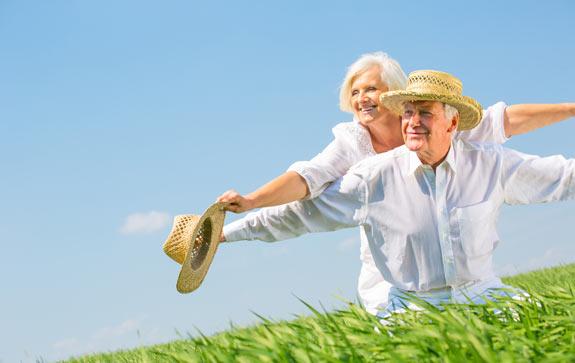 Glückliches, älteres Paar blickt positiv in die Zukunft