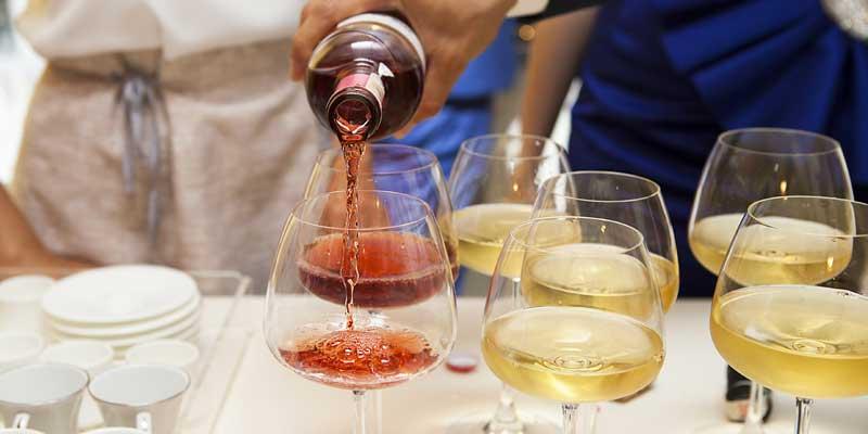 Wein wird in ein Weinglas gefüllt