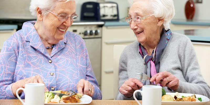 Seniorinnen essen gemeinsam