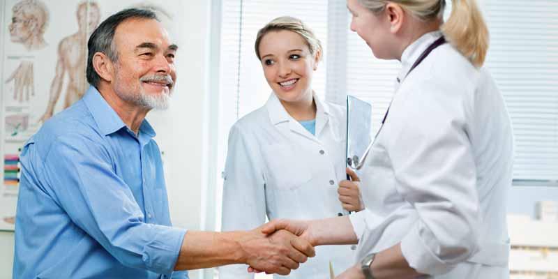 Patientengespräch zwischen Ärztin und Patient
