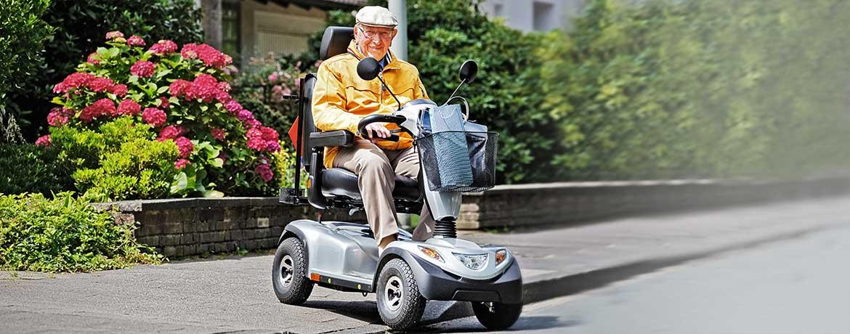 Senior fährt ein Elektromobil