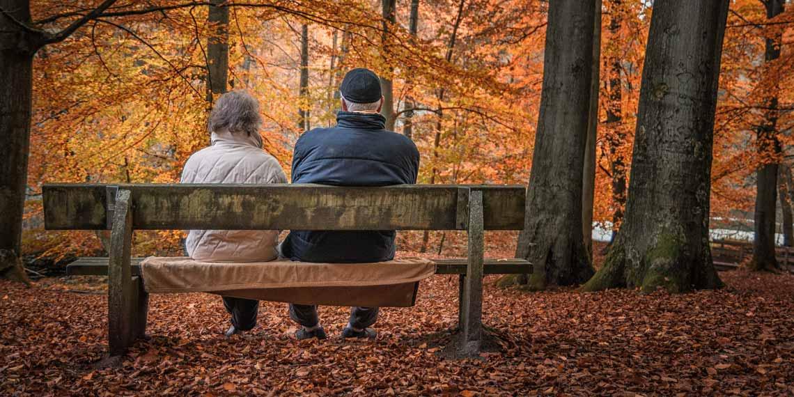 Senioren sitzen auf einer Parkbank