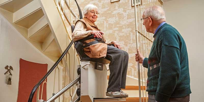 Senioren nutzt Treppenlift.