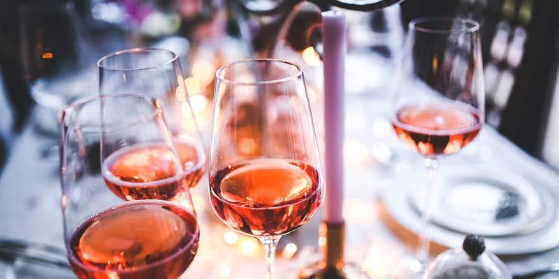 Weingenuss an einer festlich gedeckten Tafel