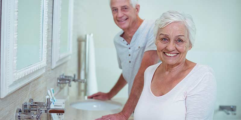 Senioren im Badezimmer