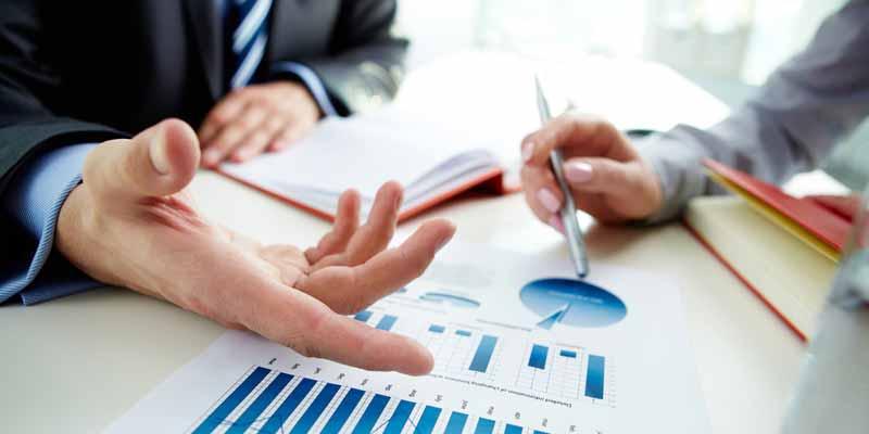 Gespräch mit Ausdruck von Statistiken und Zahlenentwicklung