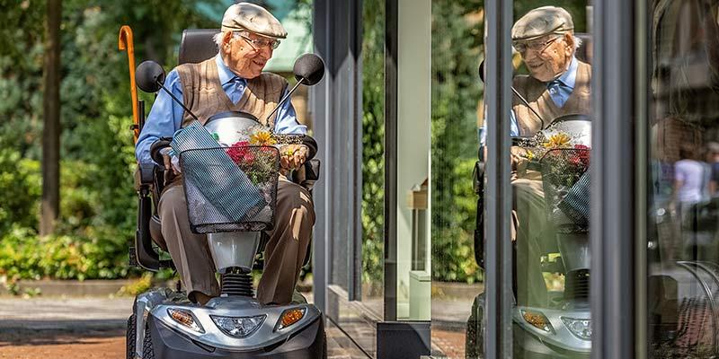Senior nutzt ein Elektromobil