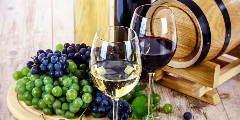 Rotwein und Weißwein mit Weintrauben