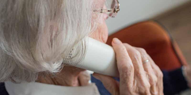 Seniorin telefoniert