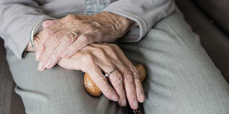 Senior mit Gehhilfe