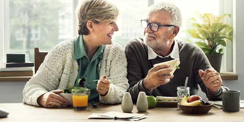 Glückliches älteres Paar beim Frühstück.
