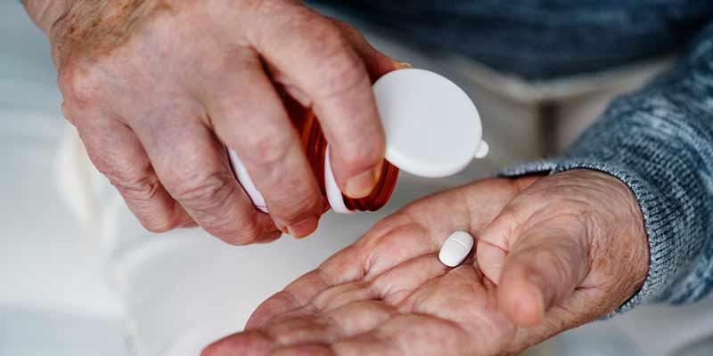 Senior nimmt Tabletten