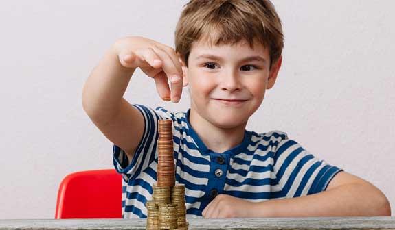 Junge stapelt Kleingeld