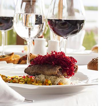 Schön angerichtete Hauptspeise mit passendem Wein