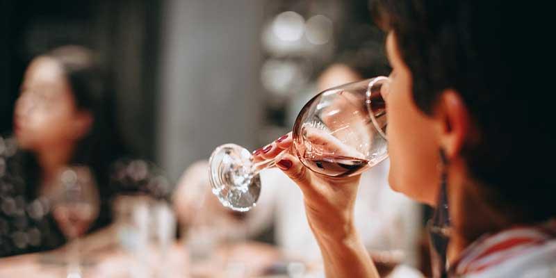 Eine Frau trinkt Rotwein