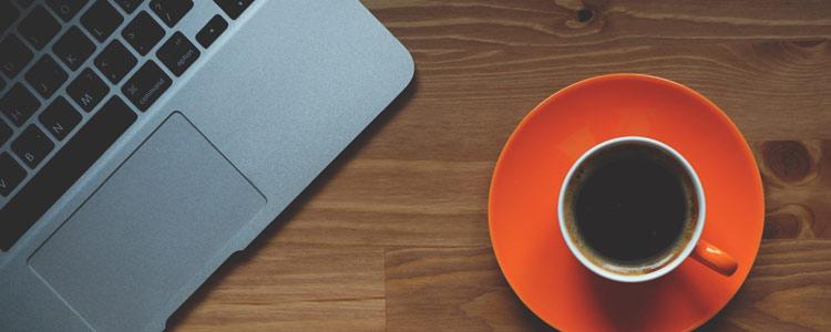 Notebook und Kaffee