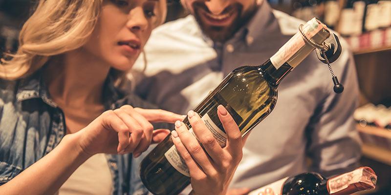 Paar bei der Auswahl einer Weinflasche