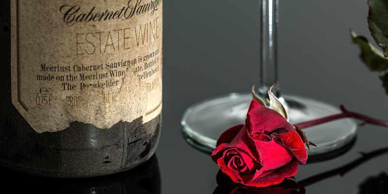 Wein und rote Rose