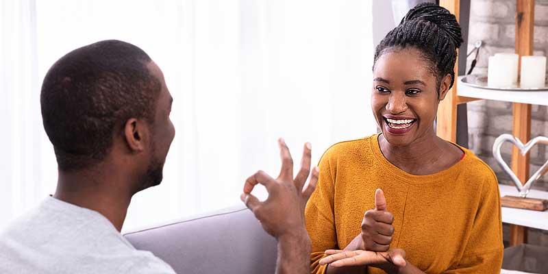 Zwei Menschen kommunizieren