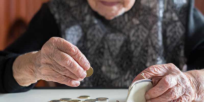 Seniorin zählt Kleingeld