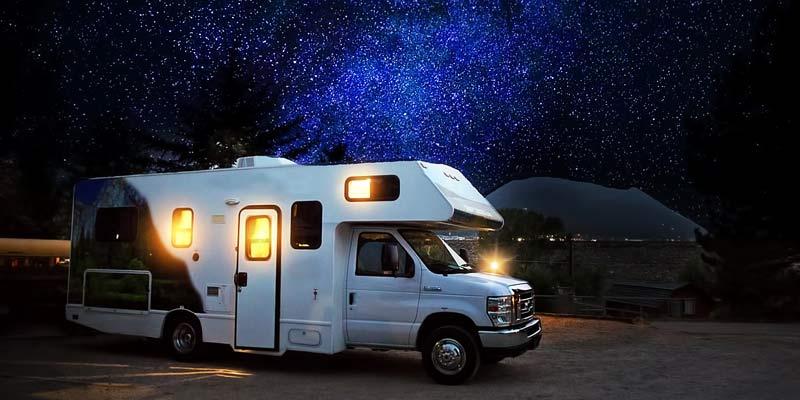 Wohnmobil unter einem Sternenhimmel