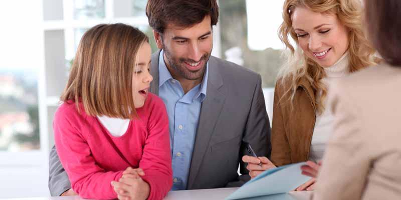 Familie bei einem Beratungsgespräch