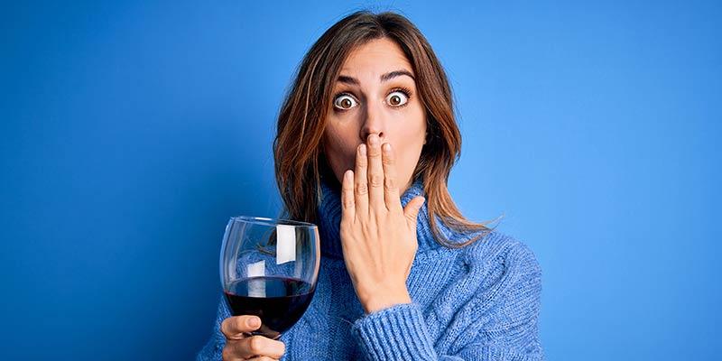 Eine Frau hält ein Weinglas in der Hand