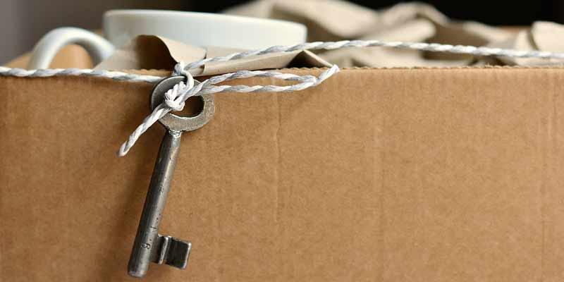 Karton mit Schlüssel