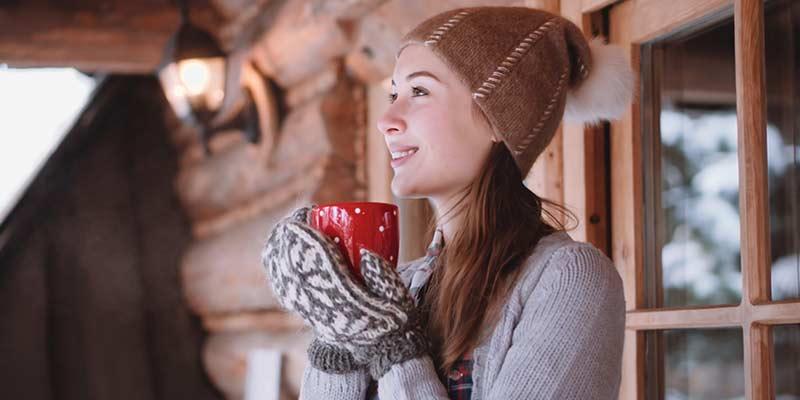 Junge Frau trinkt im Winter ein Heißgetränk