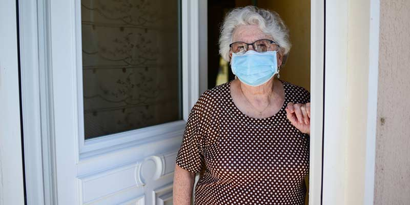 Seniorin mit medizinischer Maske