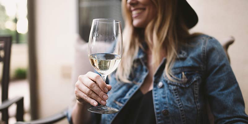 Frau genießt ein Glas Wein