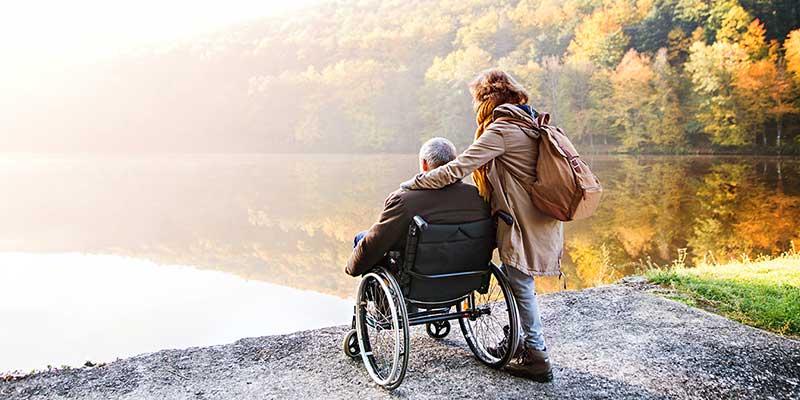 Mit Rollstuhl am See