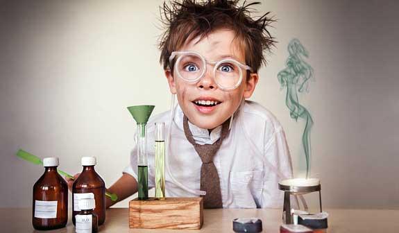 Junge im Chemielabor