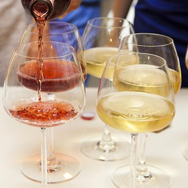 Rotwein und Weißwein werden eingegossen