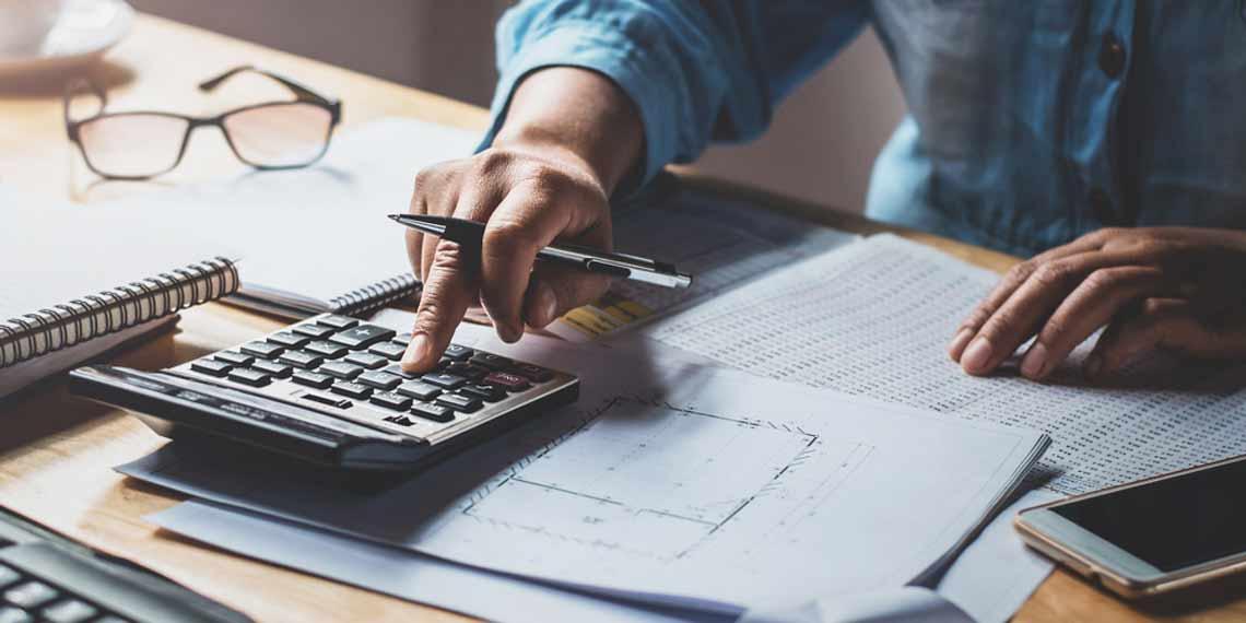 Zahlen werden am Taschenrechner berechnet