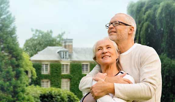 Glückliches Paar vor Wohnhaus