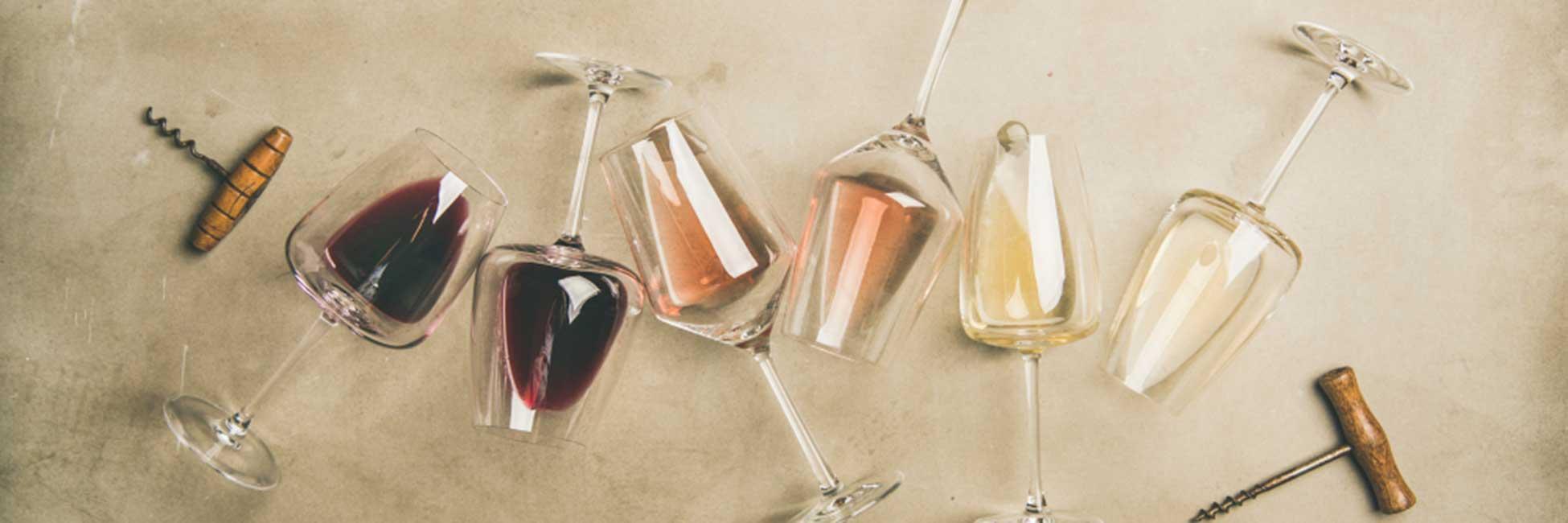 Weingläser mit verschiedenen Weinen.
