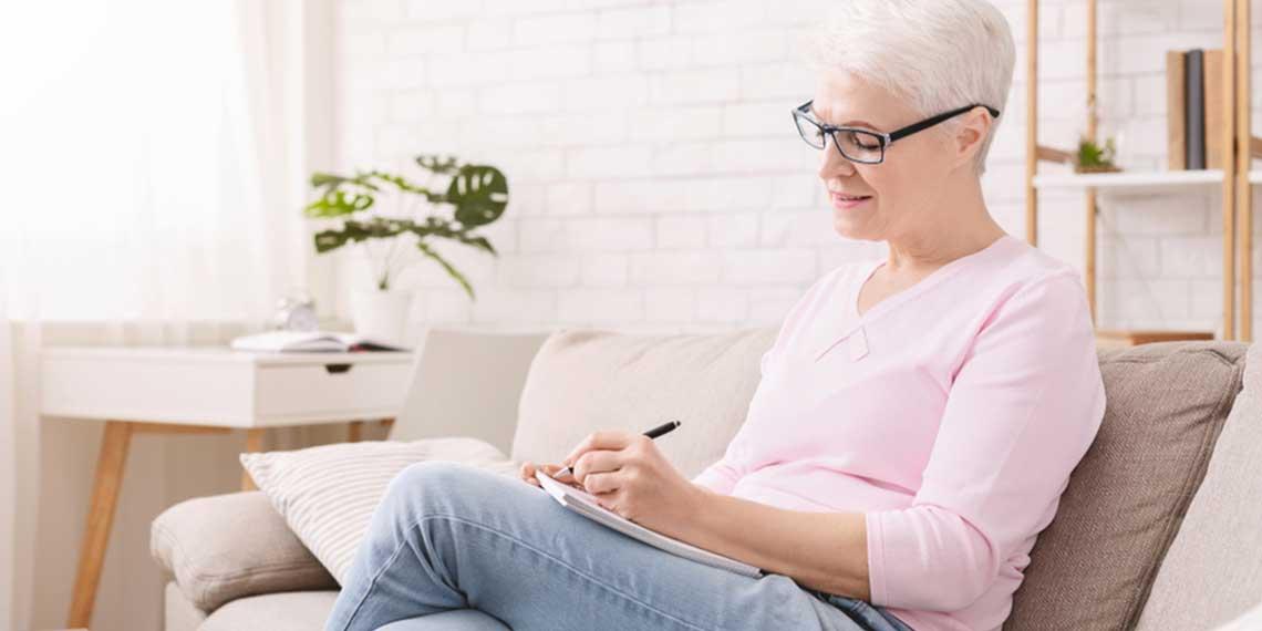 Ältere Frau surft im Internet.