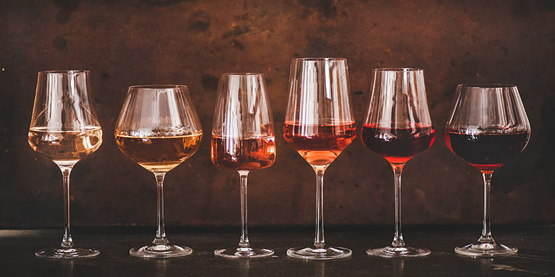 Unterschiedliche Weingläser mit verschiedenen Weinsorten