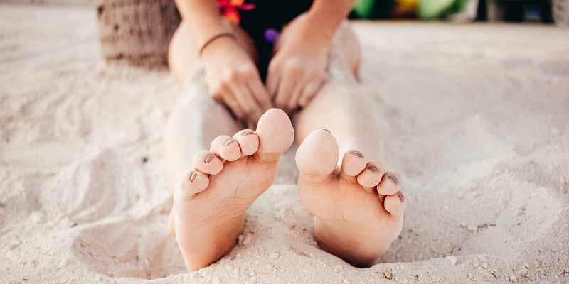 Frau liegt am Strand