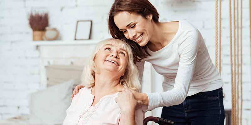 Seniorin und junge Frau