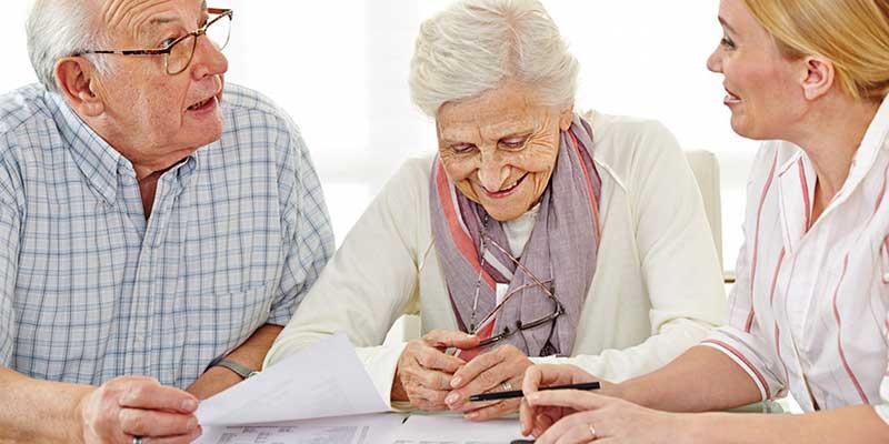 Senioren mit junger Frau