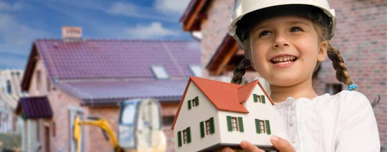 Mädchen hält ein kleines Haus in der Hand