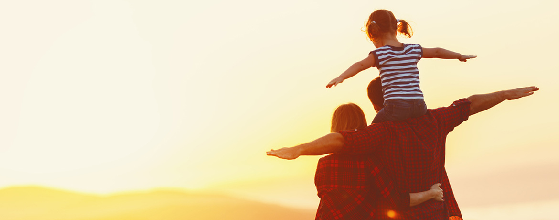 Familie mit Kind im Sonnenuntergang