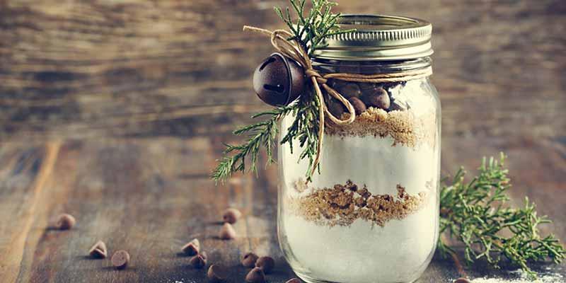 Schokoladentropfen-Mischung im Glas zur Weihnachtszeit